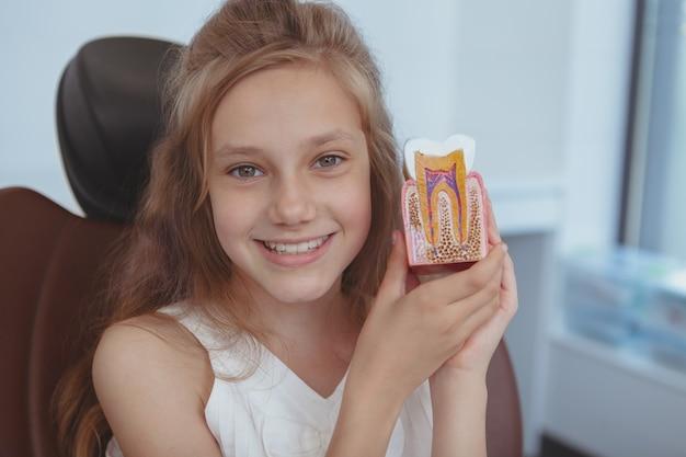 Mooie jonge meisjes bezoekende tandarts