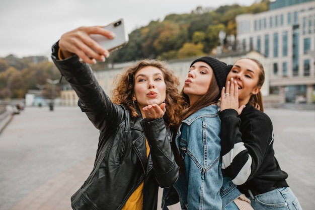 Mooie jonge meisjes die samen een selfie nemen