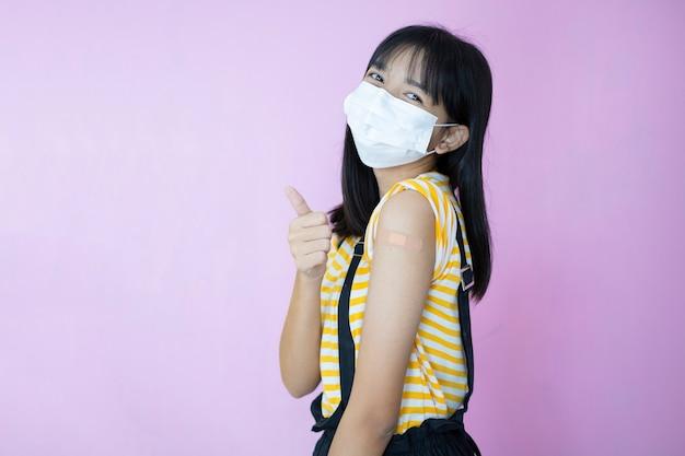 Mooie jonge meisjesvaccinatie, draag masker.
