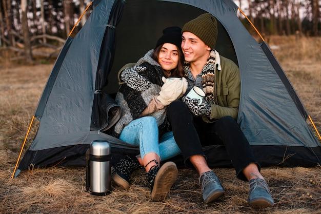 Mooie jonge mensen met een tent buitenshuis