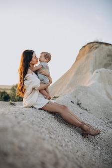 Mooie jonge moeder met zoontje