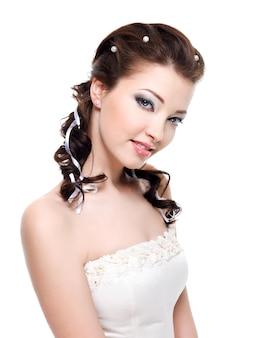 Mooie jonge mooie bruid met aantrekkelijke gemakkelijke glimlach