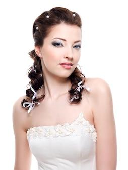 Mooie jonge mooie bruid met huwelijkskapsel - close-up