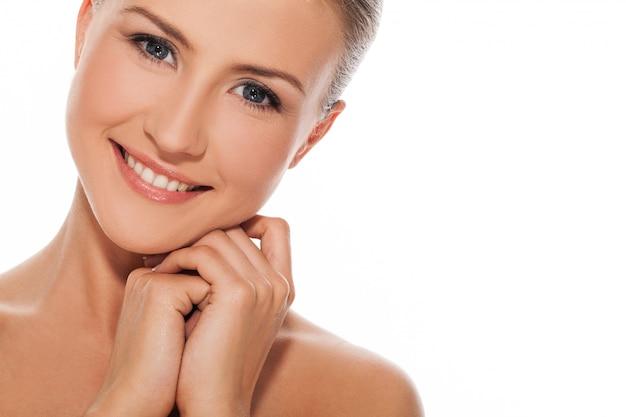 Mooie jonge natuurlijke blanke vrouw