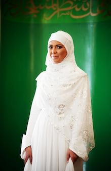 Mooie jonge oosterse bruid die voor huwelijk voorbereidingen treft