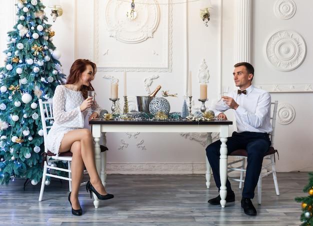 Mooie jonge paar het vieren kerstmis thuis
