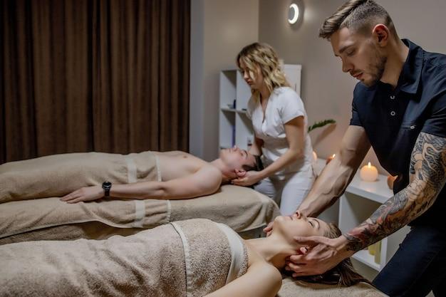 Mooie jonge paar ontspannen tijdens traditionele thaise massage