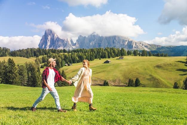 Mooie jonge paar reizen in de dolomieten, italië