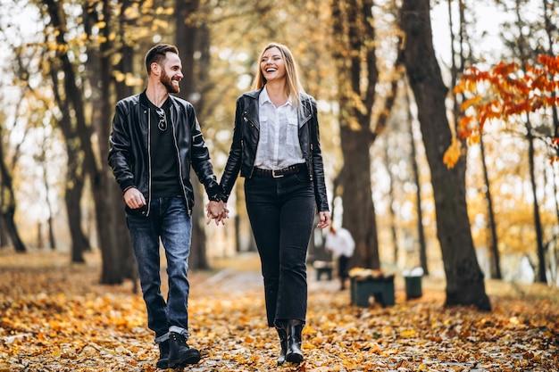 Mooie jonge paar wandelen in de herfst park op een zonnige dag