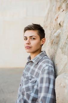 Mooie jonge persoon in shirt op straat
