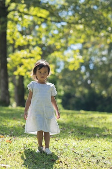 Mooie jonge peuter in het park