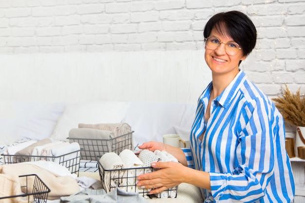 Mooie jonge positieve kaukasische huisvrouwenvrouw
