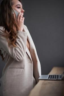 Mooie jonge schoonheid vrouw met laptop in café, buiten portret zakenvrouw, hipster stijl, internet, smartphone, kantoor, bali indonesië, bedrijf, mac os,