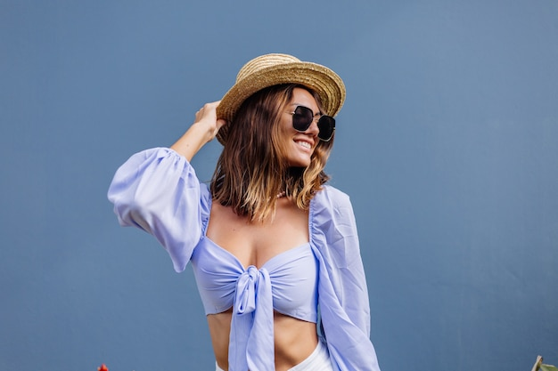 Mooie jonge stijlvolle vrouw in trendy paarse crop top met lange mouwen