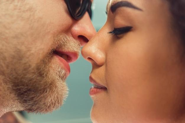Mooie jonge verliefde paar. man en vrouw verliefd. meisje en vriend samen.