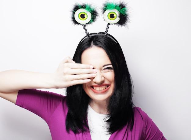 Mooie jonge verrast vrouw met grappige groene ogen. studio opname.