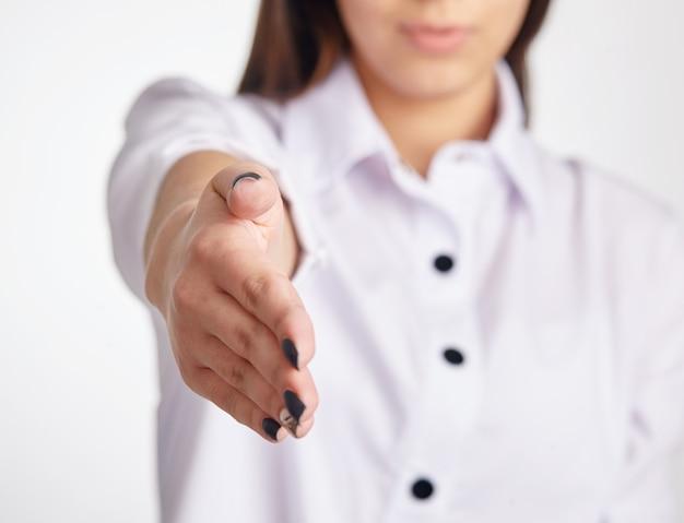 Mooie jonge volwassen vrouw op het punt om handen te schudden.