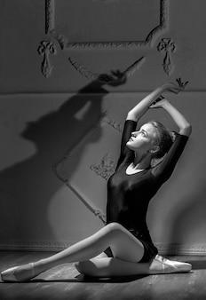 Mooie jonge vrouw ballerina dansen met ballet tutu