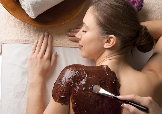 Mooie jonge vrouw bij salon spa
