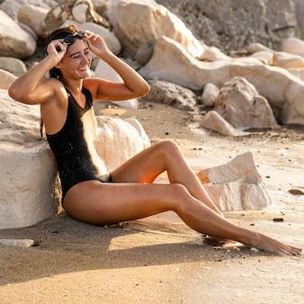 Mooie jonge vrouw blij om op het strand te zijn