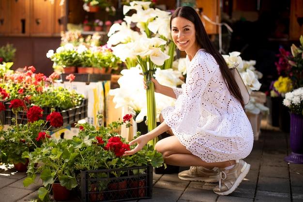 Mooie jonge vrouw bloemen kopen op de bloemenmarkt
