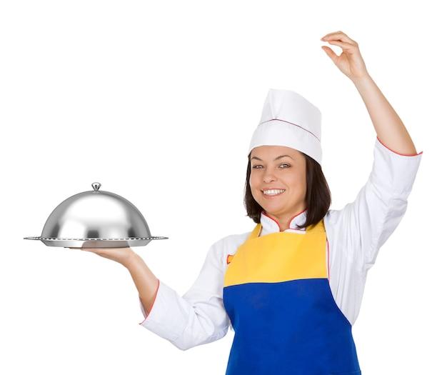 Mooie jonge vrouw chef-kok met restaurant cloche op een witte achtergrond