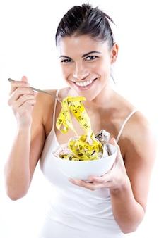 Mooie jonge vrouw die afslankende dieet doet. conceptueel beeld over dieet