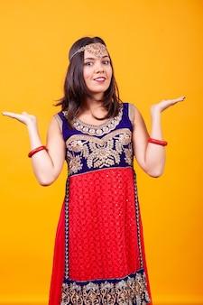 Mooie jonge vrouw die arabisch etnisch kostuum draagt. buitenlandse cultuur
