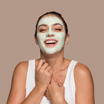Mooie jonge vrouw die cosmetische producten probeert