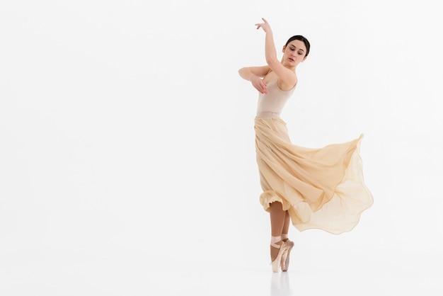 Mooie jonge vrouw die dans uitvoert