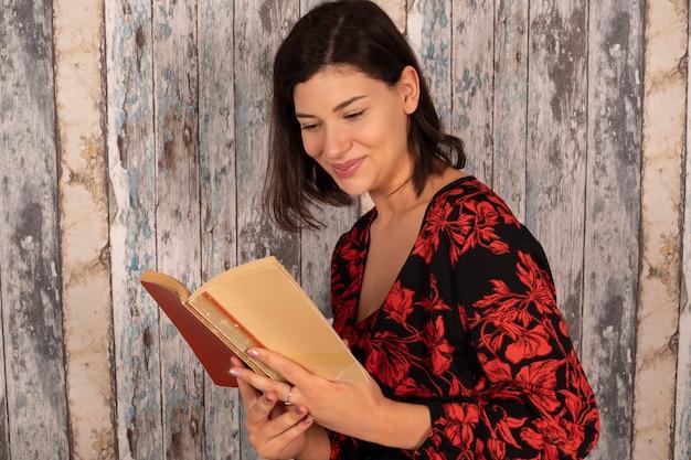 Mooie jonge vrouw die de bijbel leest