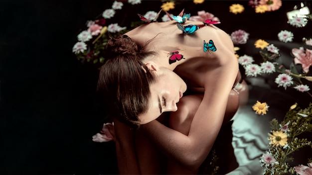 Mooie jonge vrouw die de lentebad geniet van