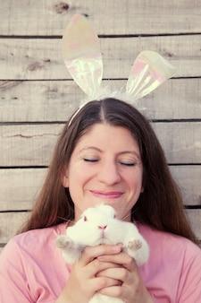 Mooie jonge vrouw die door een konijn wordt gekieteld