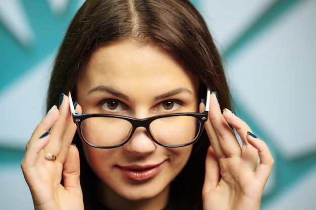 Mooie jonge vrouw die glazen draagt.