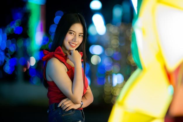 Mooie jonge vrouw die in de straat loopt
