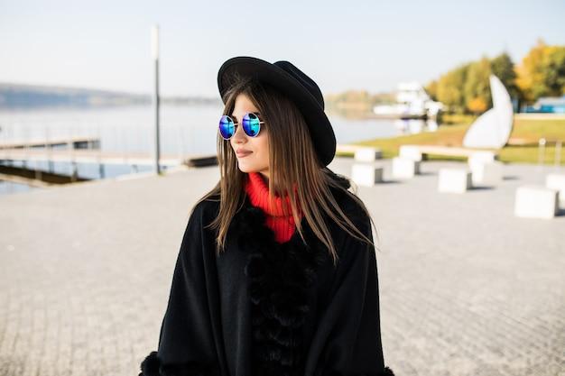 Mooie jonge vrouw die op straat loopt