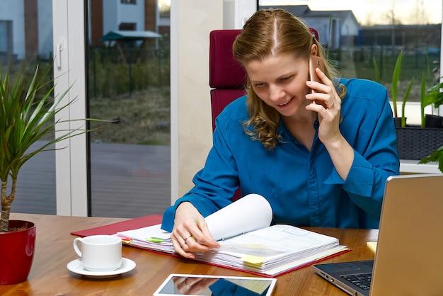 Mooie jonge vrouw die van huis, boekhouder, call centre werkt. afstandsonderwijs, werken op afstand, thuiskantoor