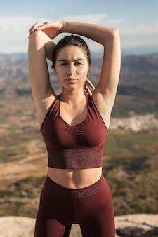 Mooie jonge vrouw die yoga doet
