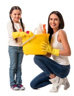 Mooie jonge vrouw en haar schattige dochter. schoonmaak concept
