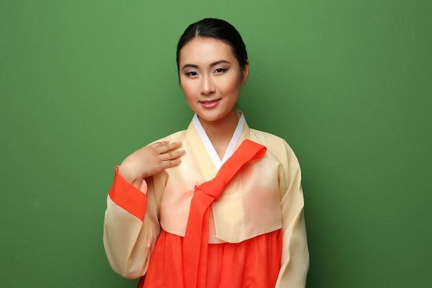Mooie jonge vrouw gekleed in traditionele kleding