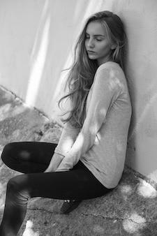 Mooie jonge vrouw in blouse, jeans, buitenshuis portret van aantrekkelijk model