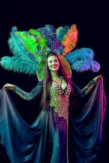 Mooie jonge vrouw in carnaval pauwkostuum schoonheidsmodelvrouw op feestje tijdens vakantie
