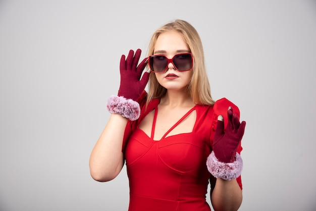 Mooie jonge vrouw in cocktailjurk poseren voor de camera.