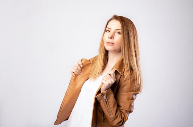 Mooie jonge vrouw in de leren jas, mode-concept