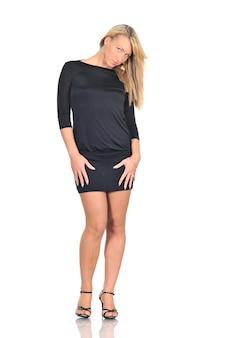 Mooie jonge vrouw in een zwarte jurk