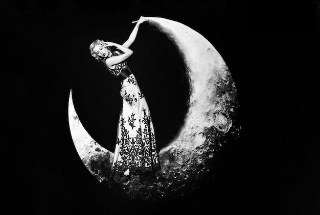 Mooie jonge vrouw in elegante avondjurk met kant.