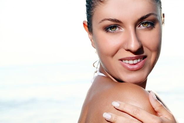 Mooie jonge vrouw in het strand