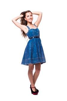 Mooie jonge vrouw in jurk lopen geïsoleerd op een witte achtergrond