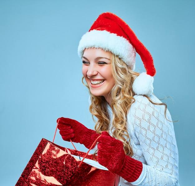 Mooie jonge vrouw in kerstmankleren