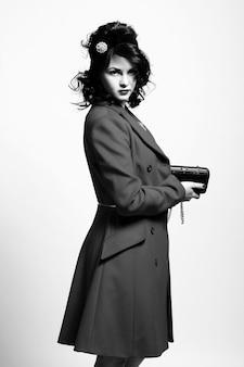 Mooie jonge vrouw in retro jas